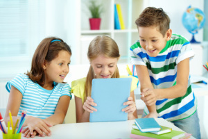 fotolia 52351188 3Kids mit Tablet